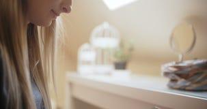 妇女在家使用智能手机 股票录像