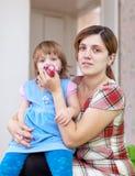 妇女在家清除鼻涕子项 免版税图库摄影