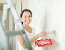 妇女在家进行修理 免版税图库摄影