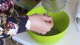 妇女在容器苹果酱投入捣碎与薄荷叶 对做蛋白软糖 股票视频