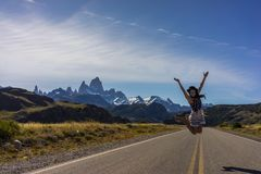 妇女在导致El Chalten和Mt镇的高速公路摆在  fitz roy 免版税库存照片