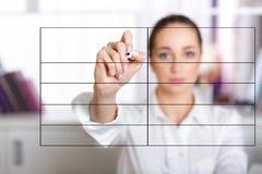 妇女在屏幕上的文字名单的手 免版税库存图片