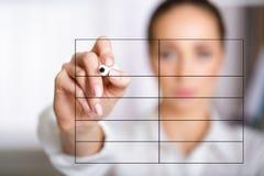 妇女在屏幕上的文字名单的手 免版税图库摄影