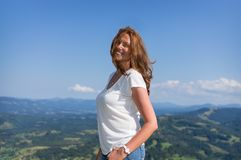 妇女在山站立 免版税图库摄影