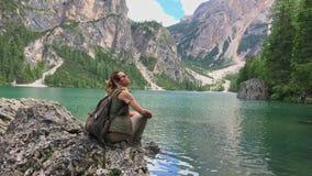 妇女在峭壁的远足者sitts在Lago di Braies附近 股票录像