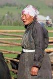 妇女在工作在农场 免版税库存图片