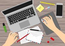 妇女在工作场所 女性手顶视图,书桌,膝上型计算机屏幕 库存图片