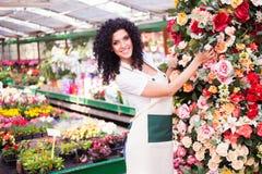 妇女在工作自温室 免版税库存照片