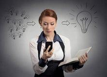 妇女在巧妙的电话的读书新闻有一个想法 免版税库存图片