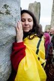 妇女在巨石阵威尔特郡英国拥抱一块石头 免版税库存照片