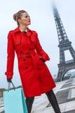 妇女在巴黎,有调查距离的购物袋的法国 免版税库存照片