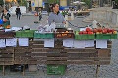 妇女在布尔诺卖在街市上的果子,捷克语 库存照片