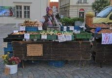 妇女在布尔诺卖在街市上的菜,捷克语 免版税库存图片
