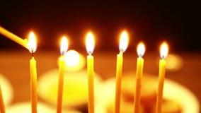 妇女在帮助下她点燃蜡烛光明节的她的手上举一个蜡烛在