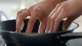 妇女在平底锅自创酸奶干酪薄煎饼投入了 影视素材