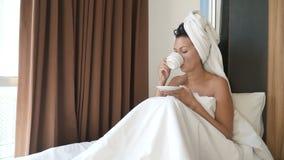 妇女在床上喝咖啡 影视素材