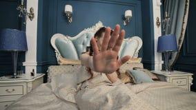 妇女在床上困窘 股票视频