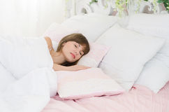 妇女在床上睡觉 图库摄影