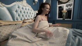 妇女在床上醒了 影视素材