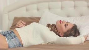 妇女在床上醒 股票视频