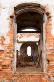 妇女在废墟教会里 库存图片