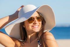 妇女在度假与太阳帽子和玻璃的 免版税库存照片