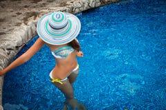 妇女在异乎寻常的水池放松 免版税库存照片