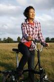 妇女在循环的公园- 05 免版税图库摄影