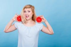 妇女在手上拿着葡萄柚柑桔 免版税图库摄影