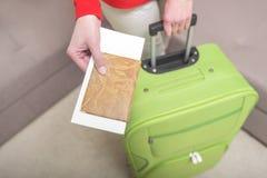 妇女在手上有一本护照和票 库存照片