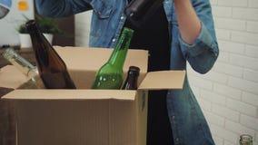 妇女在投入玻璃废物的办公室在回收站 影视素材