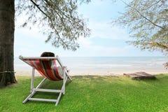 妇女在摇篮海海滩自然场面放松 热带海滩h 免版税库存照片