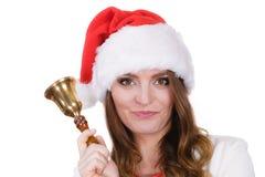 妇女在敲响响铃的圣诞老人帽子 库存图片