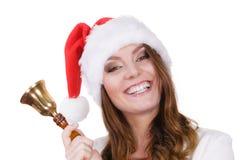 妇女在敲响响铃的圣诞老人帽子 免版税图库摄影