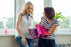 妇女在新的家选择织品和辅助部件帷幕的 库存图片