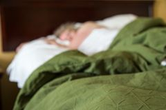 妇女在旅馆床上睡觉 图库摄影