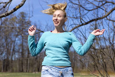 妇女在早期的春天木头跳 免版税库存照片