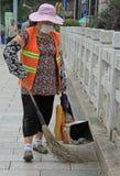 妇女在昆明,中国清扫街道 免版税库存照片