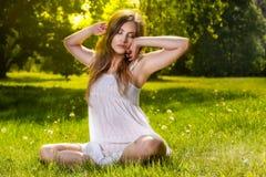 妇女在春天公园放松 图库摄影