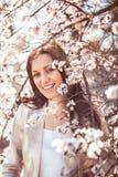 妇女在春天庭院里 免版税库存照片