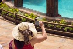 妇女在智能手机做照片录影 库存照片