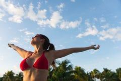 妇女在暑假放松和乐趣在热带手段 库存图片