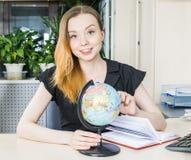 妇女在有地球的办公室 免版税图库摄影