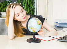 妇女在有地球的办公室 库存照片