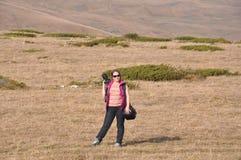 妇女在有干草的草甸站立 高加索,俄国 库存照片