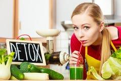 妇女在有的厨房里绿色戒毒所菜 库存照片