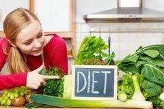 妇女在有的厨房里绿色饮食菜 库存图片