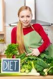 妇女在有的厨房里绿色饮食菜 库存照片