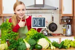 妇女在有的厨房里绿色饮食菜 免版税库存照片