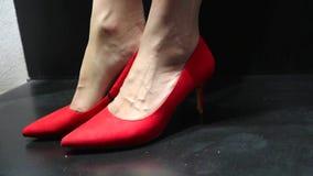 妇女在有脚跟的商店典雅的红色绒面革鞋子尝试  股票视频